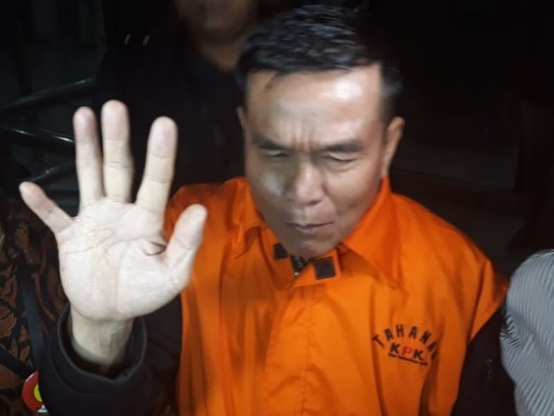 Bupati Bengkulu Selatan Dirwan Mahmud mengenakan rompi tahanan KPK saat keluar lobi Gedung KPK. (Foto: Medcom.id/Juven Martua Sitompul).