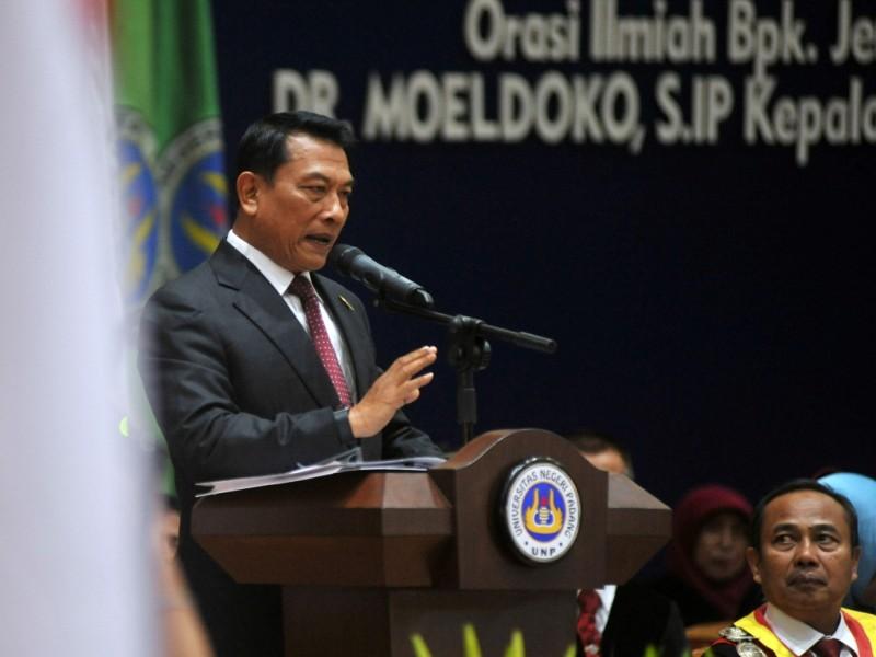 Kepala Staf Kepresidenan Jenderal TNI (Purnawirawan) Moeldoko memberikan orasi ilmiah kepada wisudawan di Universitas Negeri Padang (UNP), di Padang, Sumatera Barat, Jumat (16/3). (Foto: Antara/Iggoy el Fitra).