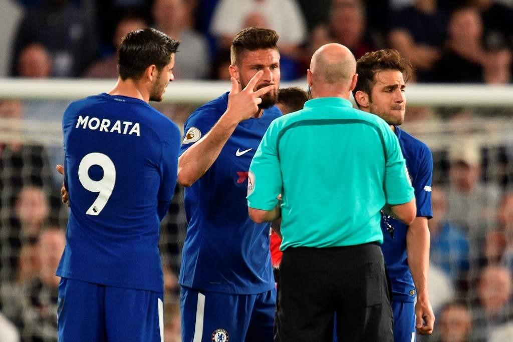 Para pemain Chelsea sedang memprotes wasit Lee Mason. (AFP PHOTO / Glyn KIRK)