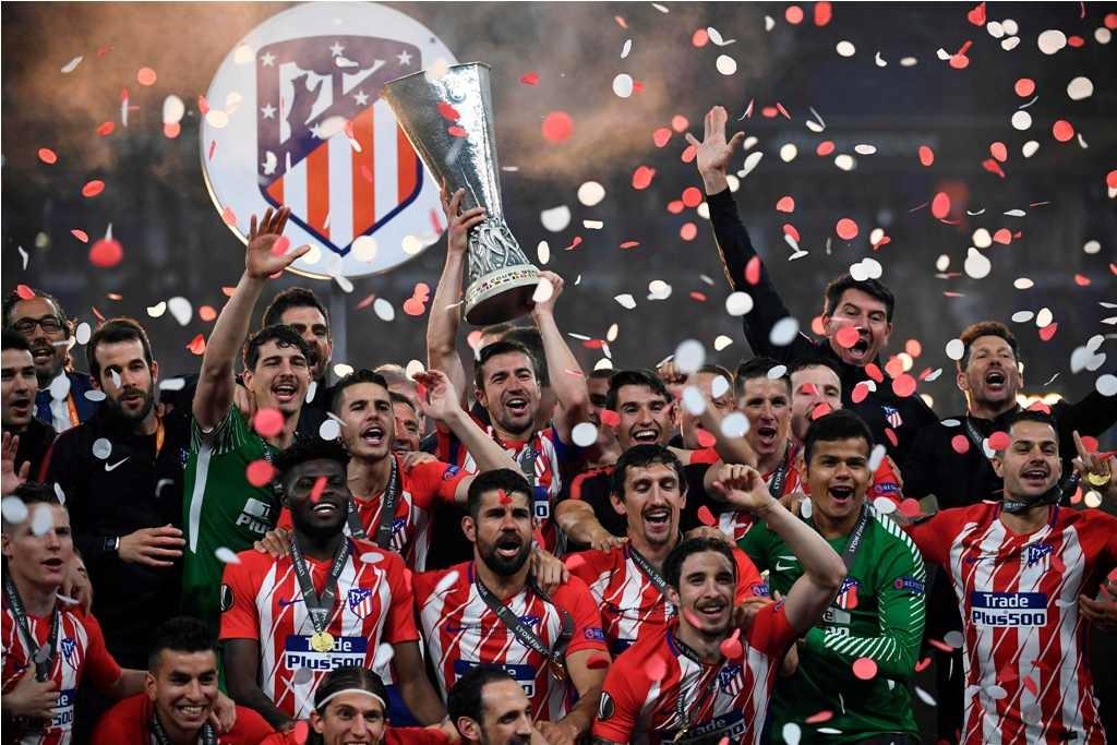 Skuat Atletico Madrid merayakan kemenangan meraih gelar juara Liga Europa. (Foto: AFP PHOTO / FRANCK FIFE)
