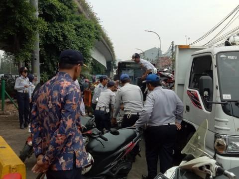Petugas Dishub mengangkut motor personel Satpol PP yang parkir
