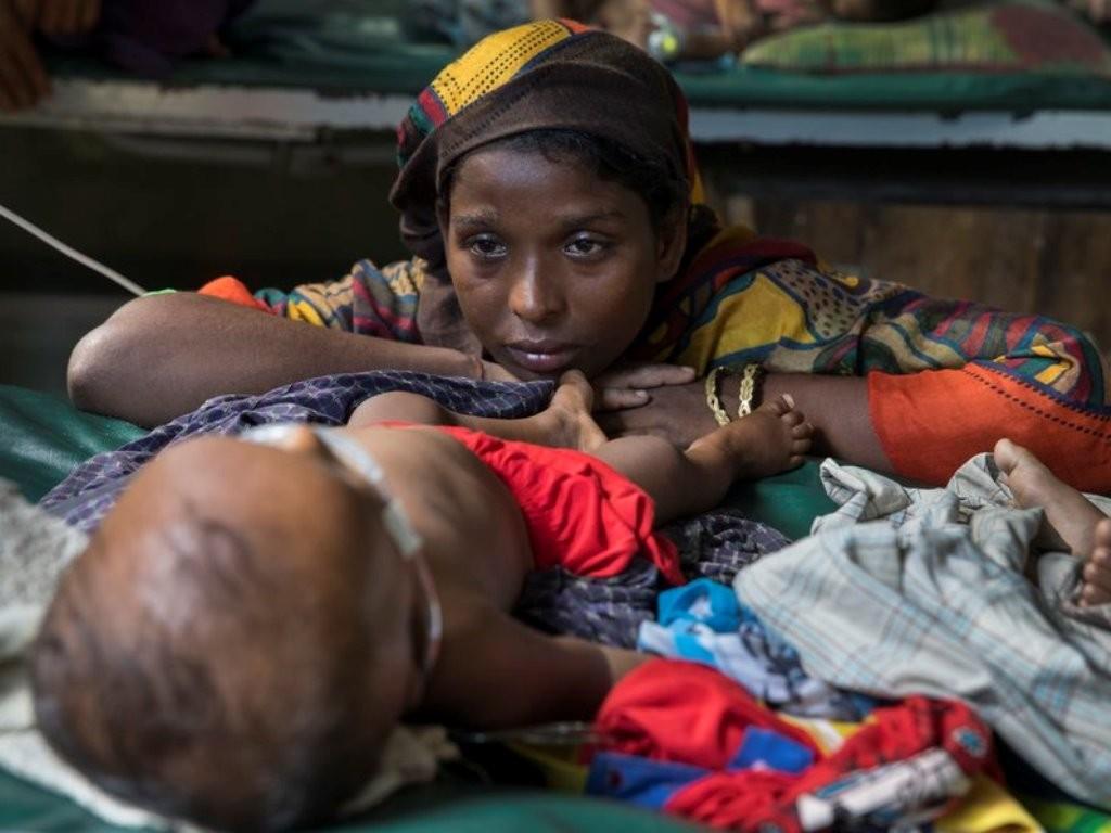 Pengungsi Rohingya dan bayinya di kemah pengungsian Cox's Bazar. (Foto: Getty Images).