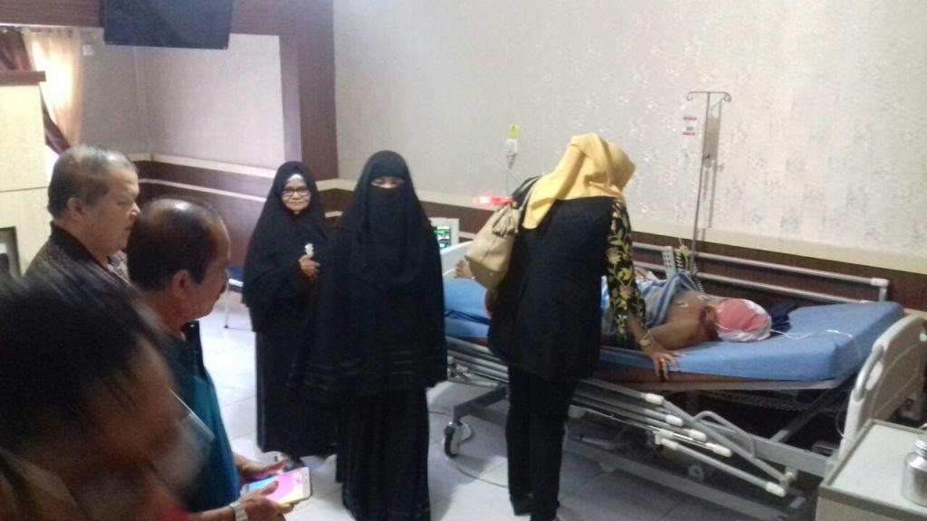 Kompol Farid Abdullah ditemani keluarganya saat menjalani perawatan di Ruang Mawar, RS Bhayangkara Polda Riau, Kamis, 17 Mei 2018.