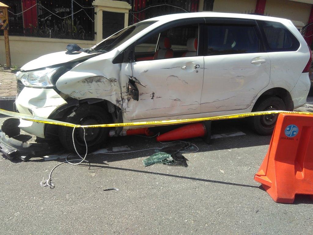Mobil yang digunakan para terduga teroris di Mapolda Riau. (Foto: MI/ Rudi Kurniawansyah).