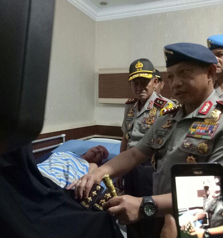 Kapolri Jenderal Tito Karnavian menyerahkan pangkat AKBP kepada Farid Abdullah, di Ruang Mawar, RS Bhayangkara Polda Riau, Kamis, 17 Mei 2018. (Foto: Istimewa)
