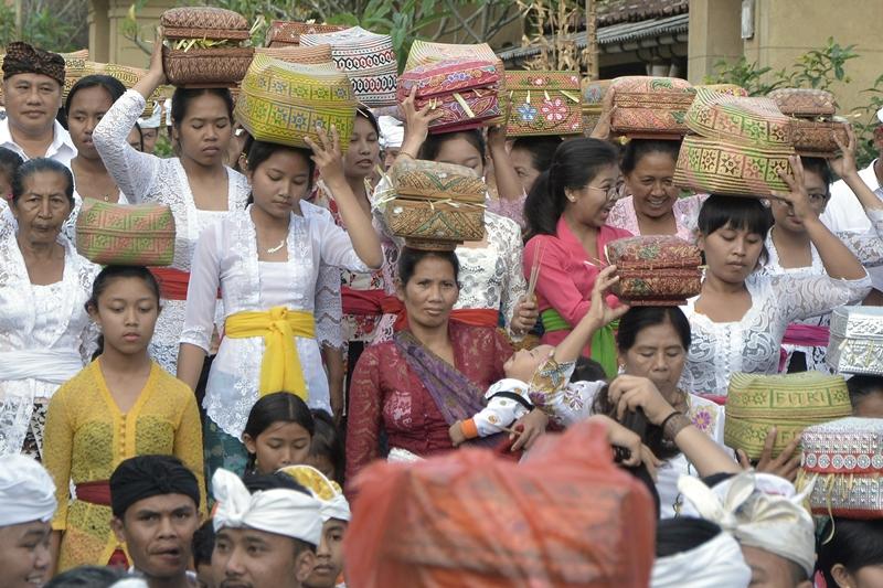 Umat Hindu berkeliling wilayah desa dalam Tradisi Ngerebeg saat Hari Raya Galungan di Desa Adat Penglipuran, Bangli, Bali. Antara/Fikri Yusuf