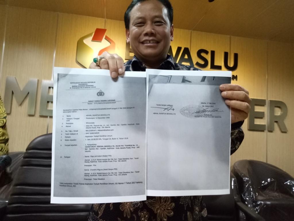 Ketua Bawaslu Abhan menunjukkan laporan terhadap 2 petinggi PSI. Foto: Medcom.id/Siti Yona Hukmana.