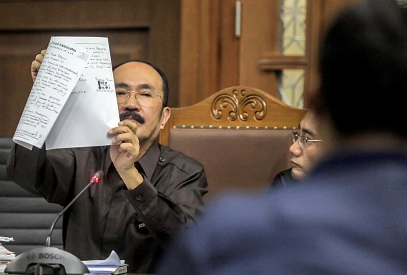 Terdakwa kasus merintangi penyidikan kasus korupsi KTP elektronik, Fredrich Yunadi, menunjukkan surat kuasa sebagai pengacara terpidana Setya Novanto. Foto: Antara/Muhammad Adimaja.