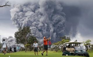 Wisatawan Sibuk Ambil Momen Gunung Kilauea Meletus