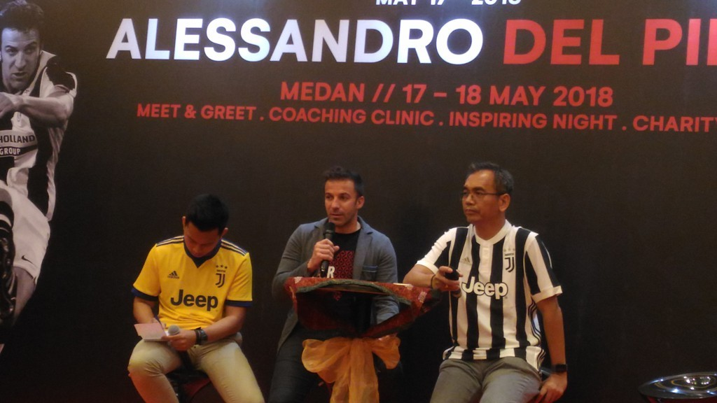 Alessandro Del Piero didampingi pemilik klub Pro Duta, Sihar Sitorus (kanan) saat menghadiri meet and greet dengan warga Medan (Foto: medcom.id/Farida Noris)