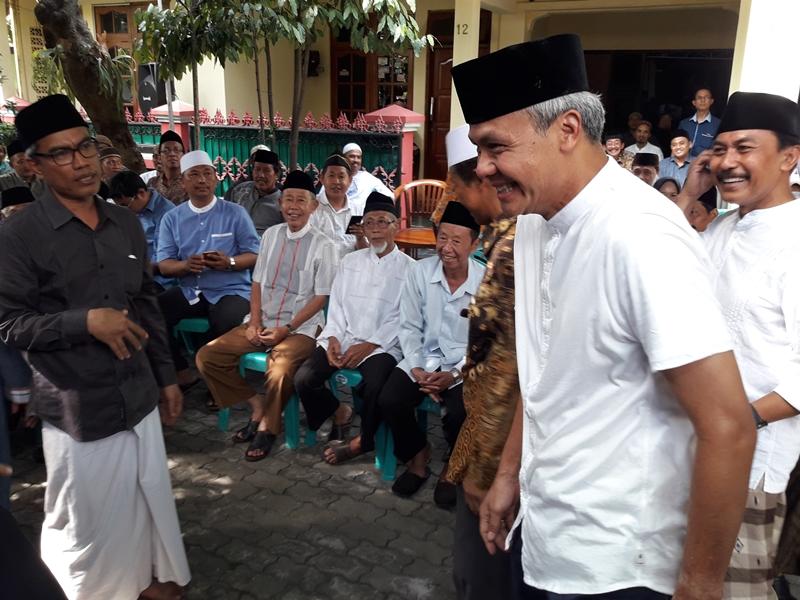 Ganjar Pranowo melayat pencipta lagu Perdamaian dan mantan Ketua PWNU Jateng 1989-1994 KH. Bukhori Masruri di Sambiroto, Tembalang, Semarang, Kamis 17 Mei 2017. Medcom.id/Budi Arista Romadhoni