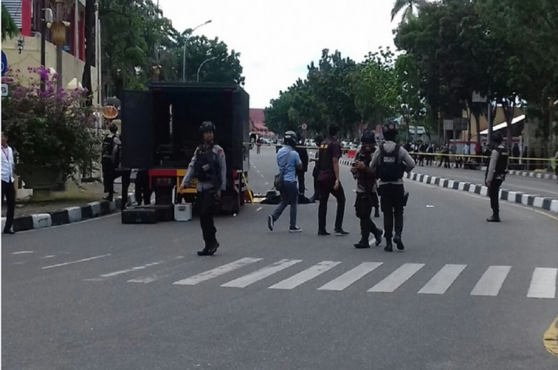 Suasana di depan Mapolda Riau usai penyerangan sekelompok orang pada Rabu pagi, 16 Mei 2018, Medcom.id - Anwar Sadat Guna