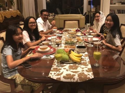 Calon Gubernur Sumatera Utara Djarot Saiful Hidayat menikmati