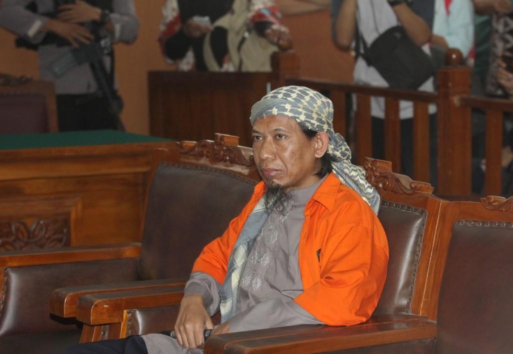 Terdakwa kasus dugaan teror bom Thamrin Aman Abdurrahman alias Oman (tengah) menjalani sidang perdana dengan agenda pembacaan dakwaan di PN Jakarta Selatan. Foto: Antara/Reno Esnir.