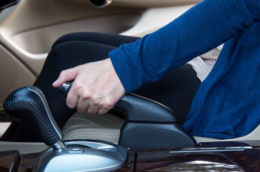 Pengunaan hand brake saat berhenti di lampu merah membuat tingkat kewaspadaan pengemdi menurun. MobileMechanic