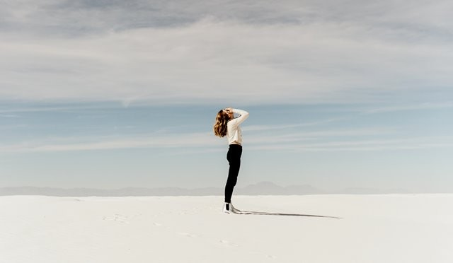 Gaya hidup yang serba cepat dan banyaknya tenggat waktu menciptakan stres kronis yang melepaskan hormon stres kortisol. (Foto: Averie Woodard/Unsplash.com)