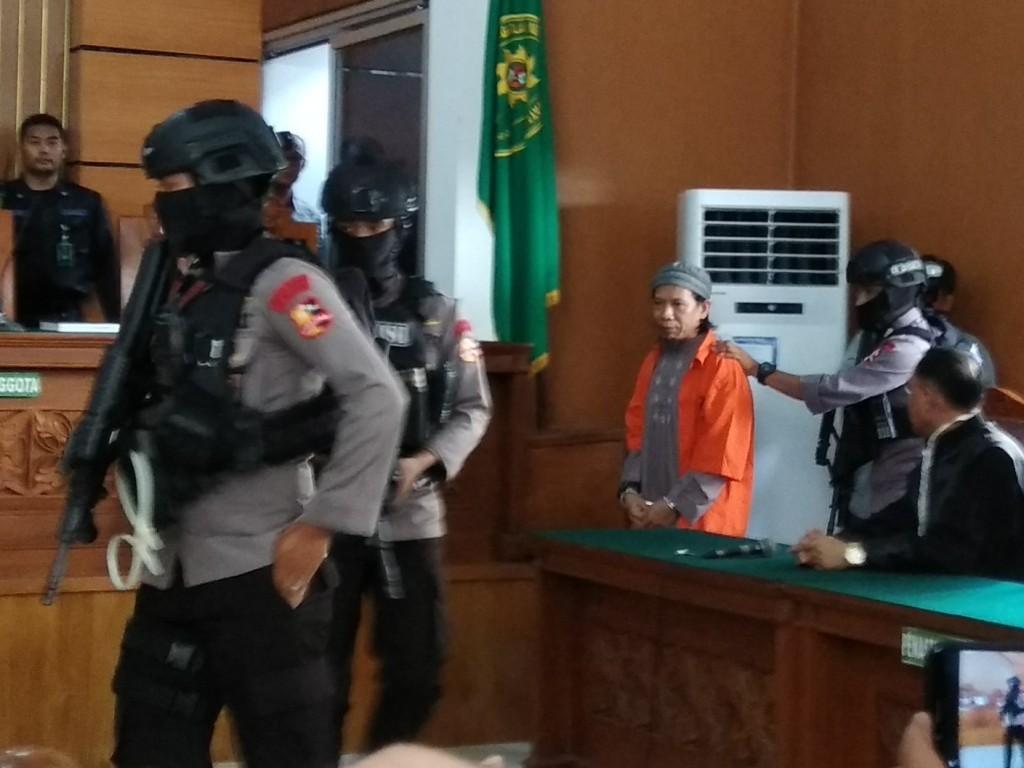 Terdakwa kasus dugaan teror bom Thamrin Aman Abdurrahman alias Oman dibawa ke ruang sidang di PN Jaksel. Foto: Medcom.id/Fachri Audhia Hafiez.