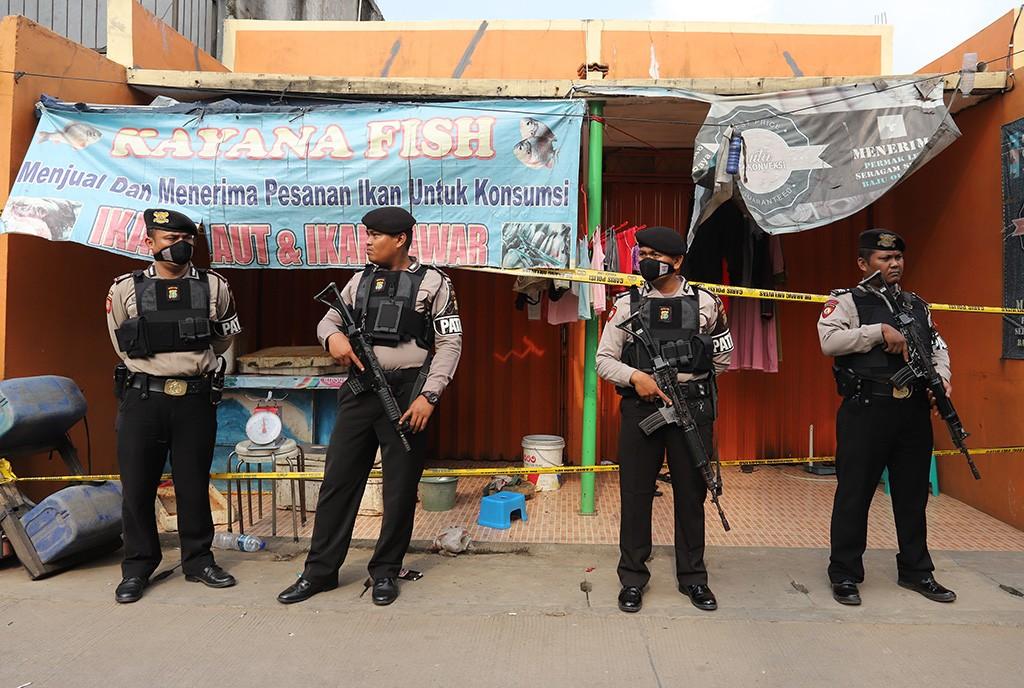 Polisi melakukan penangkapan di Tangerang Selatan.  Foto: Antara/Muhammad Iqbal.