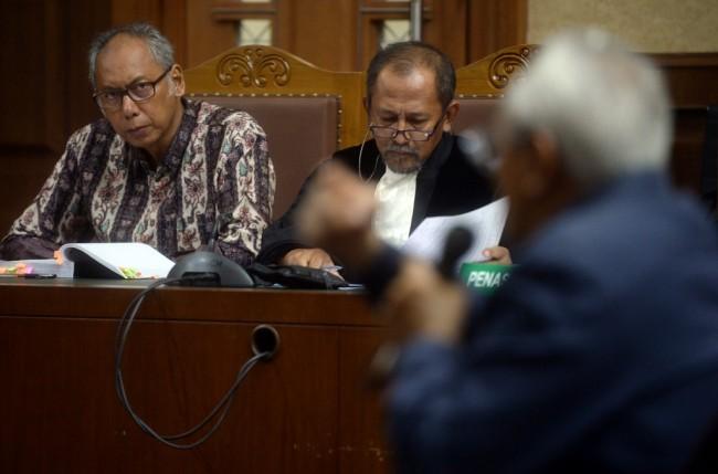 Terdakwa kasus merintangi penyidikan korupsi KTP elektronik Bimanesh Sutarjo (kiri) menyimak keterangan saksi di persidangan. Foto: MI/Bary Fathahilah.