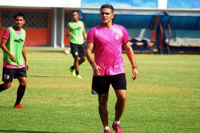 Cristian 'El Loco' Gonzales saat berlatih bersama PSS. (Medcom.id-Ahmad Mustaqim)