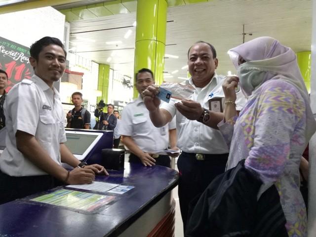 Direktur Komersial dan Teknologi Informasi PT KAI Apriyono Wedi Chresnanto di Stasiun Gambir--Medcom.id/Siti Yona Hukmana.