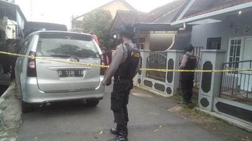 Polisi bersenjata lengkap mengamankan lokasi penggeledahan di