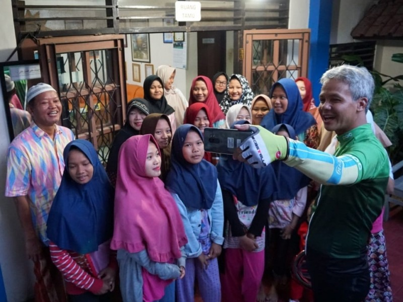 Calon Gubernur Jateng Nomor Urut 1, Ganjar Pranowo, nge-Vlog dengan anak-anak Panti Asuhan Aisyiyah Semarang, Jumat, 18 Mei 2018. Medcom.id/Budi Arista Romadhoni