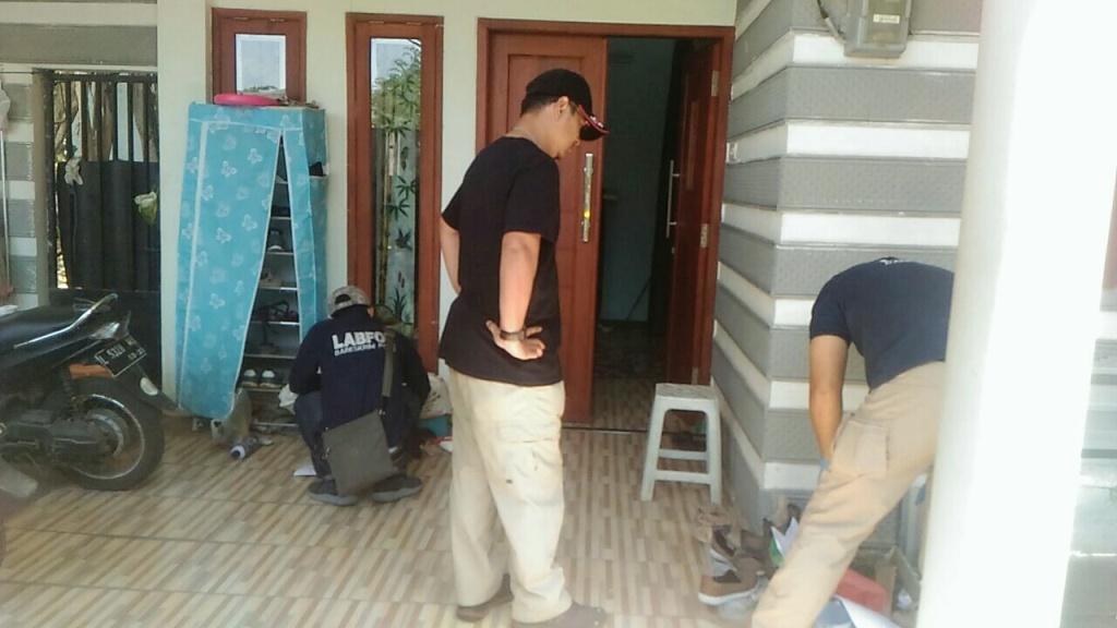 Petugas Labfor melakukan olah TKP di rumah terduga teroris. (Medcom.id/Syaikhul Hadi)