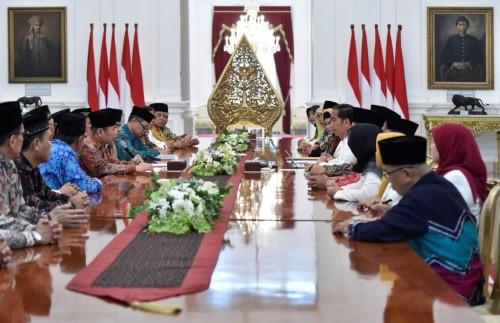 Presiden Joko Widodo (tengah kanan) menerima DPP Badan