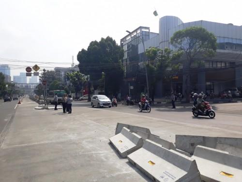 Warga merobohkan beton rekayasa lalin di Simpang Mampang -