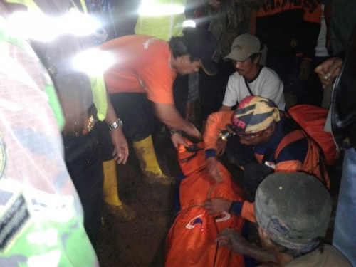 Evakuasi korban di Dusun Kancana Girang, Desa Gunung Aci,