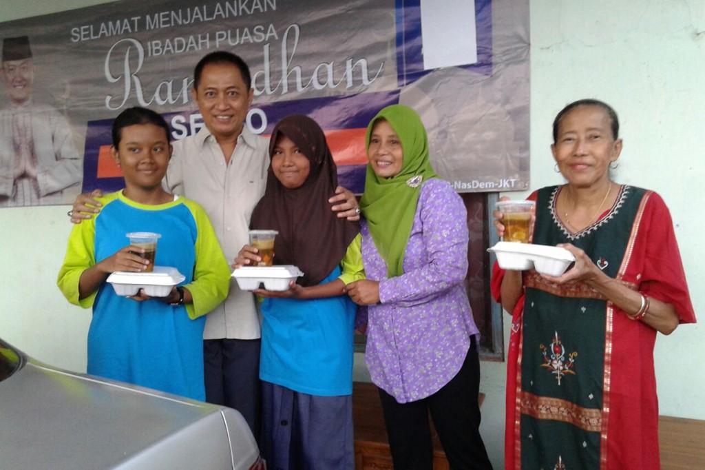 Kader NasDem Bagikan Takjl Gratis di Cilacap