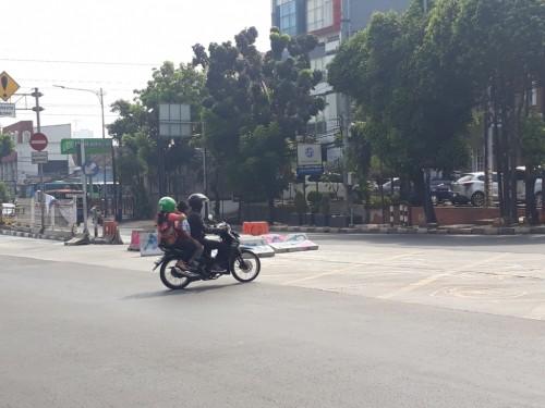Warga melintas di simpang Mampang - Medcom.id/M Sholahadhin