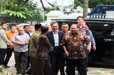 Anwar Ibrahim (tengah) tiba di kediaman BJ Habibie di Jakarta,