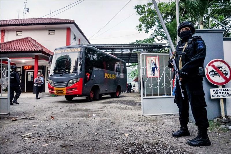 Polisi melakukan penjagaan saat proses penyeberangan bus yang akan digunakan untuk mengangkut tahanan teroris yang akan dipindahkan dari Nusakambangan, di Dermaga Penyeberangan Wijayapura, Cilacap, Jateng, Minggu (20/5)