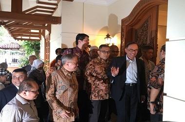 Anwar Ibrahim melambaikan tangan ke awak media di kediaman BJ