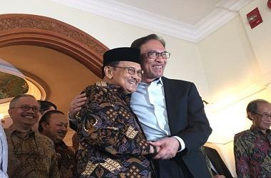 Presiden ke-3 RI BJ Habibie (kanan) bersama pemimpin oposisi