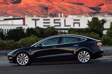 Intip Teknologi Dual Motor Tesla Model 3