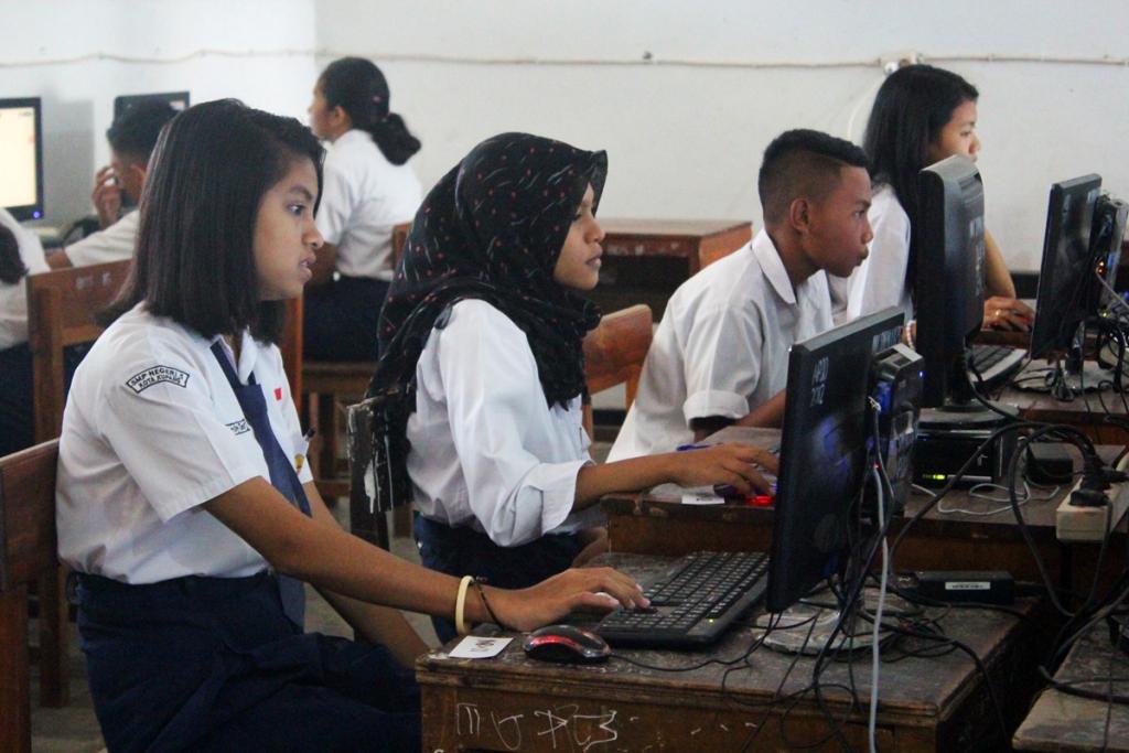 Siswa mengikuti ujian nasional berbasis komputer (UNBK) di SMP Negeri 1 Kupang, Nusa Tenggara Timur. FOTO : MI/PALCE AMALO