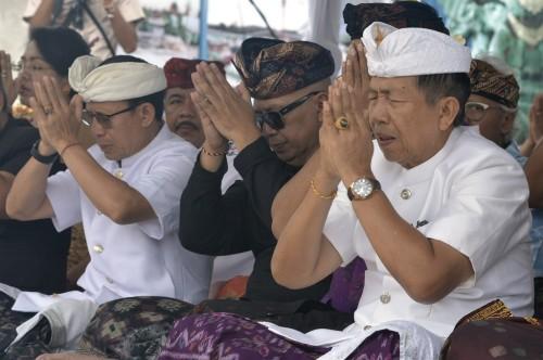 Gubernur Bali Made Mangku Pastika (kanan) mengikuti upacara adat