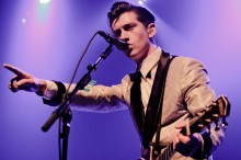 Alex Turner Ungkap Alasan Masih Bersama Arctic Monkeys dalam