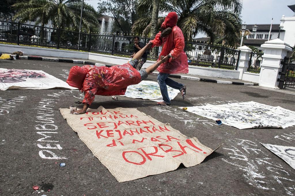 Seniman Bandung Gelar Aksi Teatrikal Peringati 20 Tahun Reformasi