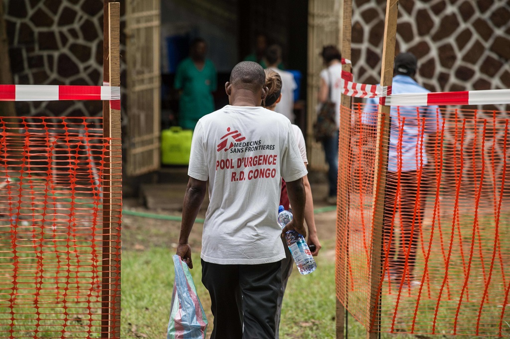 Personel kelompok MSF berada di zona penanganan Ebola di Mbandaka, DR Kongo, 20 Mei 2018. (Foto: AFP/JUNIOR KANNAH)