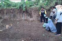 Dua Perempuan Berdoa di Makam Empat Terduga Teroris