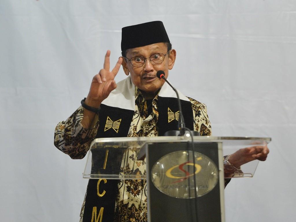Mantan Presiden BJ Habibie (kiri) memberikan paparan saat menjadi pembicara kunci pada sarasehan nasional yang diselenggarakan ICMI di Jakarta, Senin (21/5). (Foto: Antara/Wahyu Putro A).