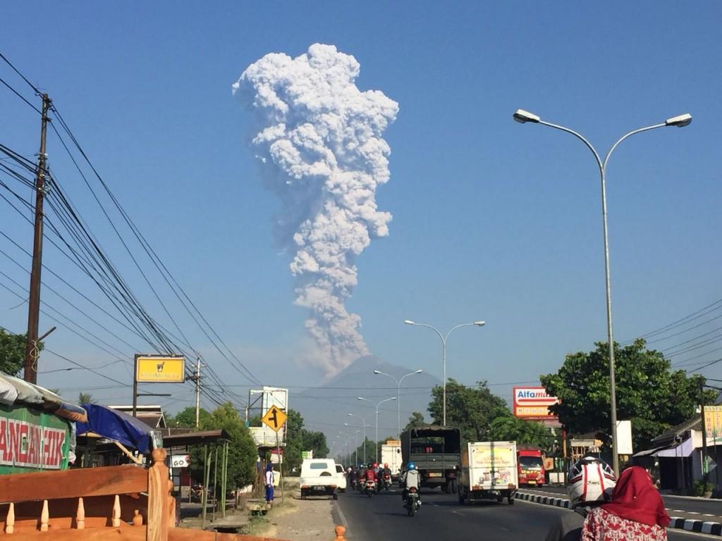 Ilustrasi erupsi Gunung Merapi, Magelang, Jawa Tengah, terlihat dari kejauhan. Istimewa