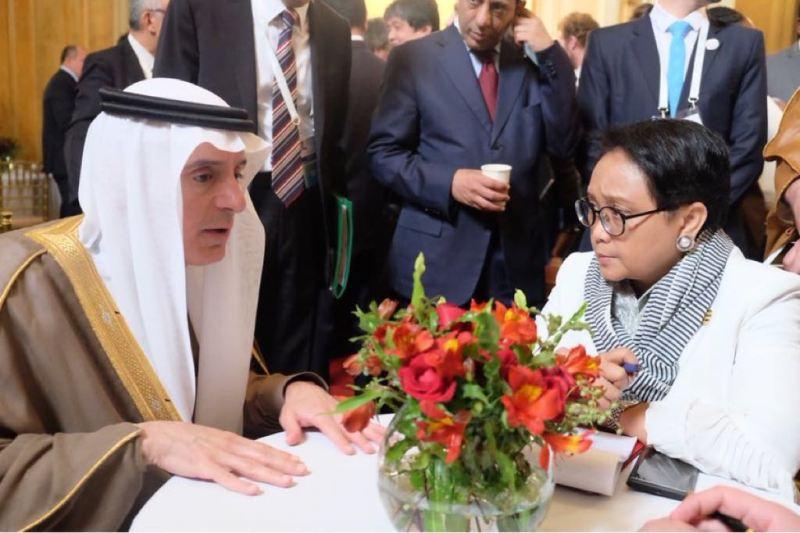 Menlu Retno Marsudi dan Menlu Arab Saudi Adel Al-Jubeir di sela-sela pertemuan G20 (Foto: Dok.Kemenlu).