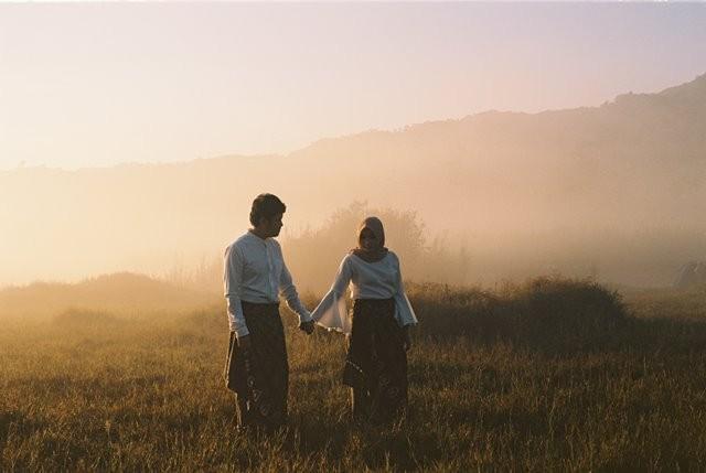 Foto prewedding menjadi tren pasangan masa kini untuk memamerkan cinta mereka di hari pernikahan. Namun, seberapa penting melakukan foto prewedding? (Foto: Muhammad Raufan Yusup/Unsplash.com)
