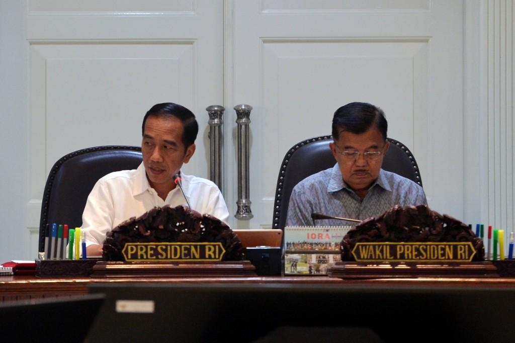 Presiden Joko Widodo (kiri) didampingi Wapres Jusuf Kalla memimpin rapat terbatas mengenai terorisme di Kantor Presiden, Jakarta. Foto: Antara/Wahyu Putro A.