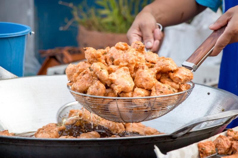 Mengonsumsi makanan berlemak setelah berjam-jam puasa dapat menyebabkan peningkatan asam lambung dan gangguan pencernaan (Foto:Shutterstock)